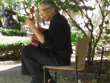 George Diaz Muniz, classical guitar concert in the garden