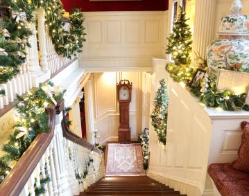 https://res.cloudinary.com/simpleview/image/upload/crm/newportri/Blithewold-Holiday-2016_8964_credit-Discover-Newport_e0c27029-5056-b3a8-49efd3bb531f29f0.jpg