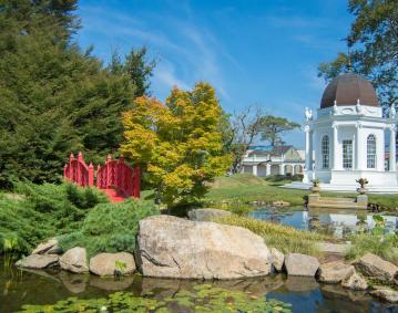 https://res.cloudinary.com/simpleview/image/upload/crm/newportri/Secret-Garden-Tour-Fall-2016_Credit-Discover-Newport-29_d64994b4-5056-b3a8-49243a0602e3ae43.jpg