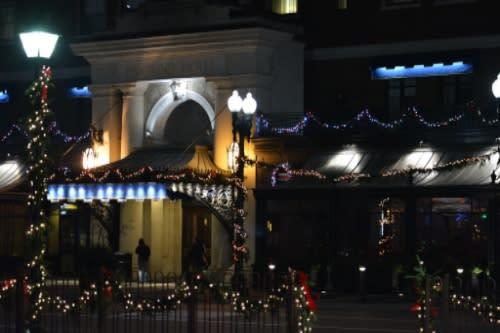 Amway Pantalind entrance holiday lights