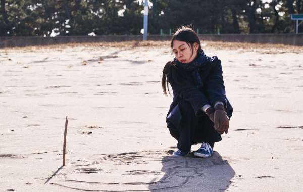 Spotlight Cinema: On the Beach at Night Alone (Bamui haebyun-eoseo honja)