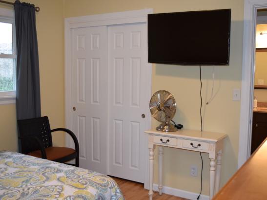 Pine Tree Place: Bedroom w TV