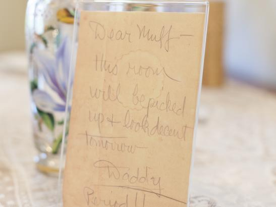 In the bedroom sits a 'Dear Muff' handwritten note | credit olivejuicestudios.com