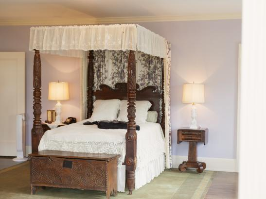 1810 English Regency Style four-poster bed | credit olivejuicestudios.com