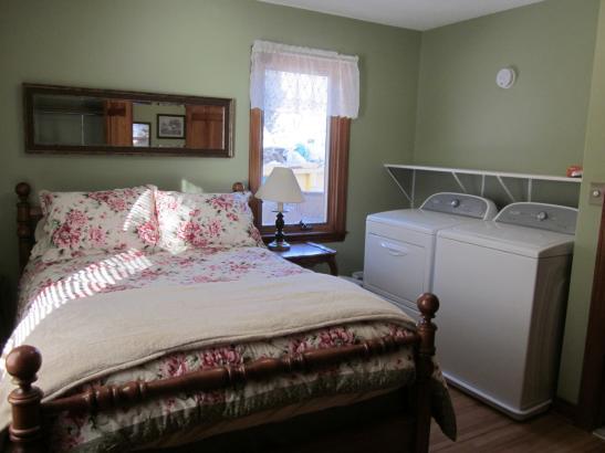 Erin Apt.: Bedroom w laundry