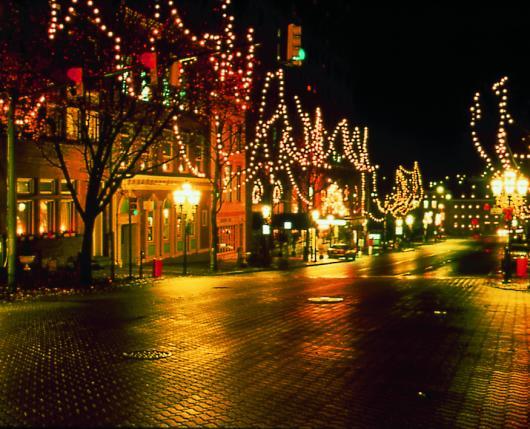 ChristmasInBethlehem_MainStreetLights_DiscoverLehighValley