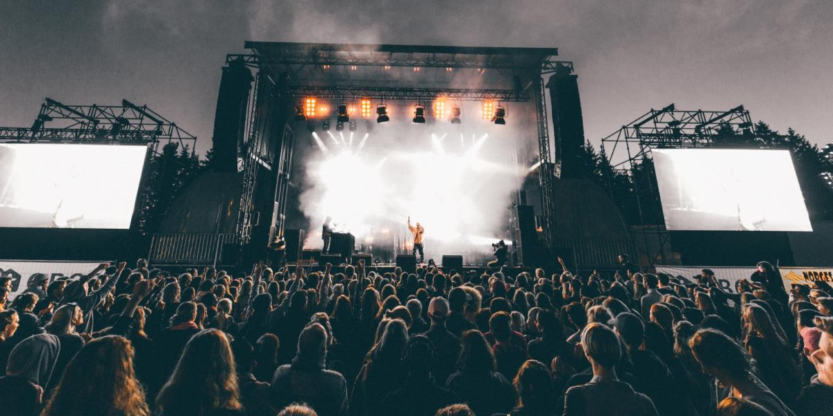 Et band spiller foran et stort publikum på Granittrock i Oslo