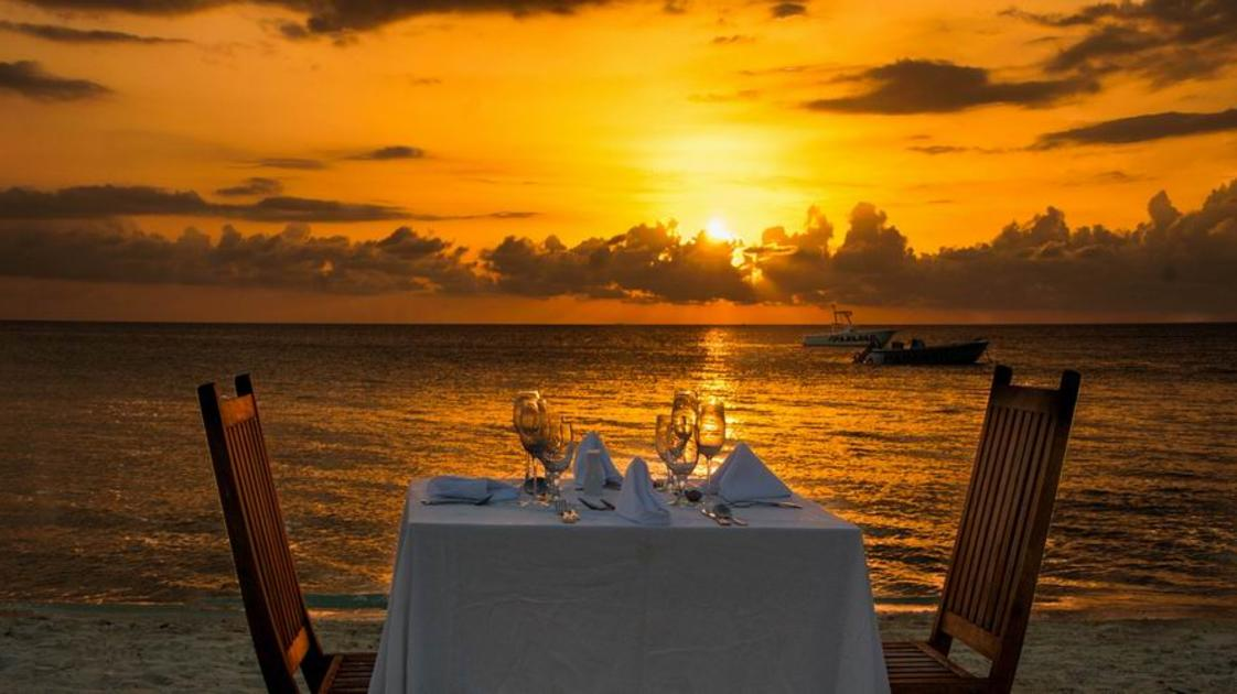 Dining on the Beach_gallery