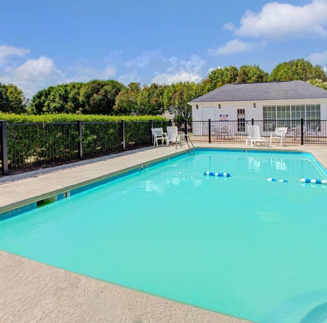 Baymont Inn & Suites Outdoor Pool