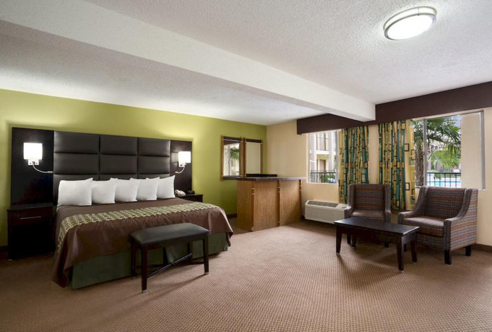Days Inn - Irving - King Suite