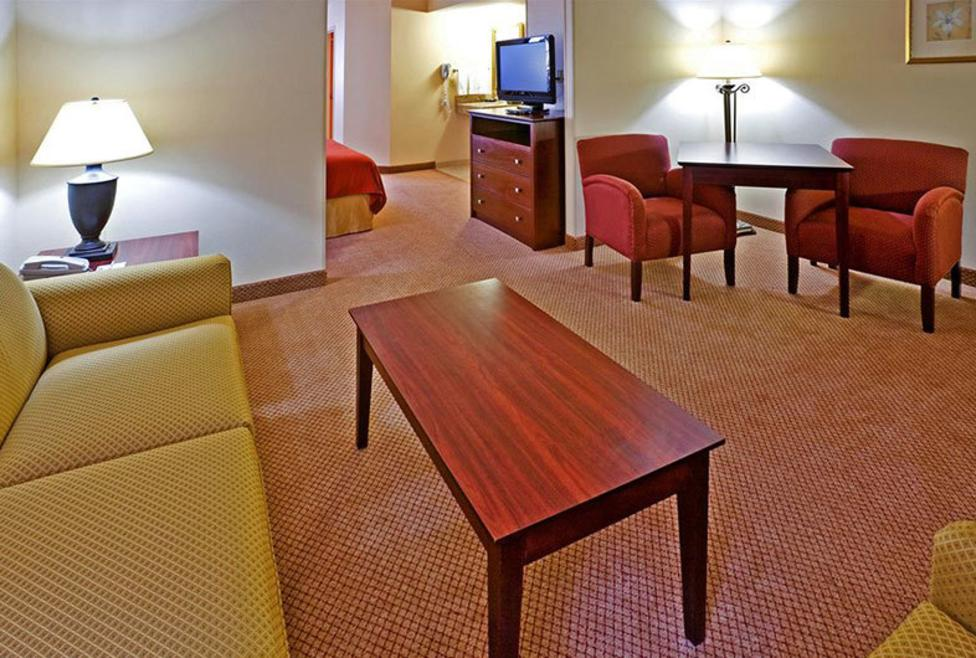 Holiday-Inn-Express-Las-Colinas-suite2