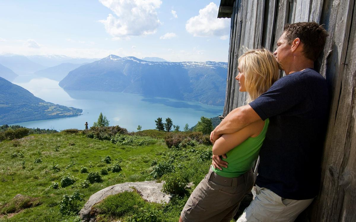 Пара наслаждается видом на фьорд