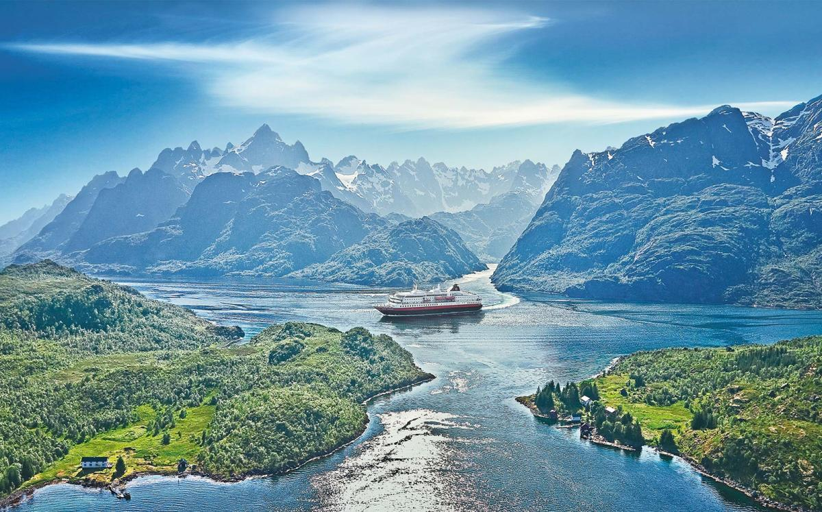 Лайнер Hurtigruten на фоне гор