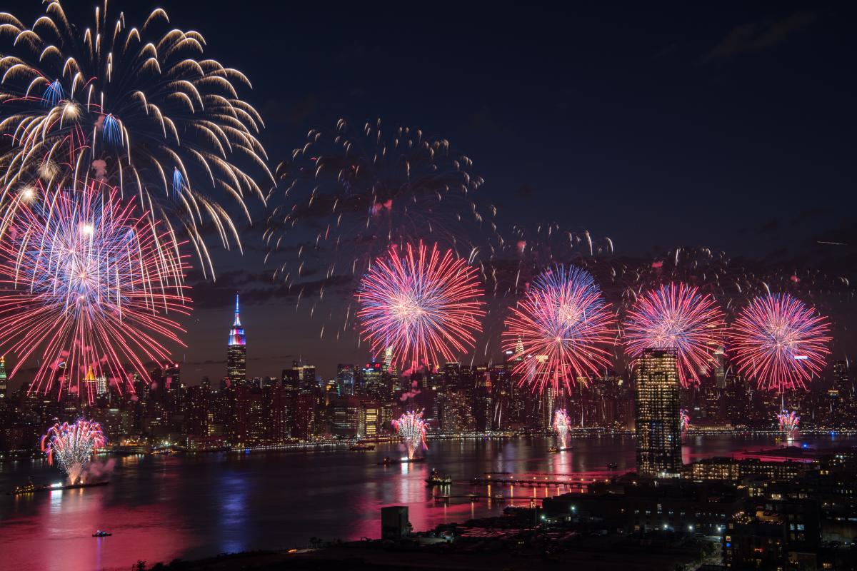 03_MacysFireWorks-2017-Williamsburg-brooklyn-nyc-JulienneSchaer-ph009