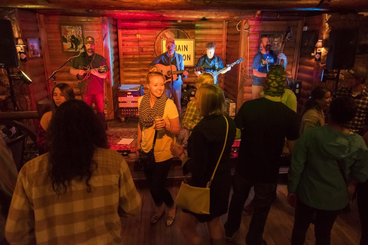 Rock Inn Dance Floor Chain Station