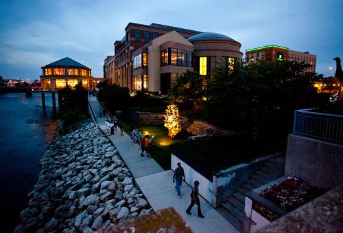 Exterior of Grand Rapids Public Museum at night
