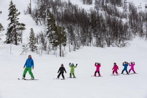 Skiing children in Trollklubben child care