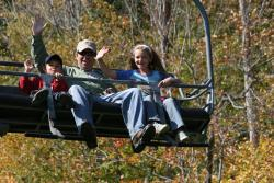 finger-lakes-bristol-mountain-canandaigua-fall-sky-ride-family-waving