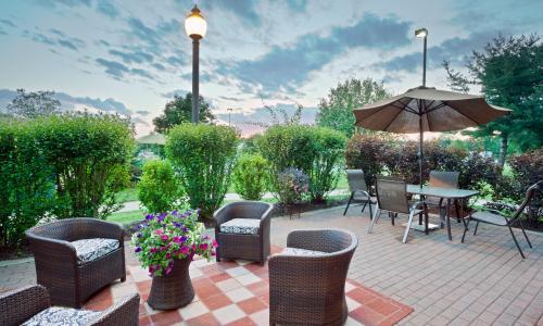 IMG_2432-HamptonInn-CliftonParkNY-patio
