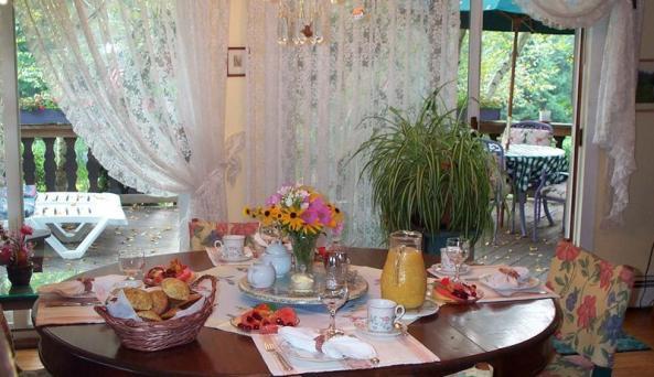 breakfasttable.jpg