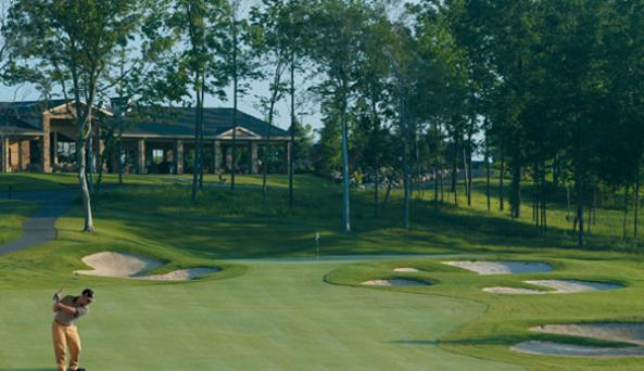 Ravenwood-Victor-golf-course-clubhouse-golfer
