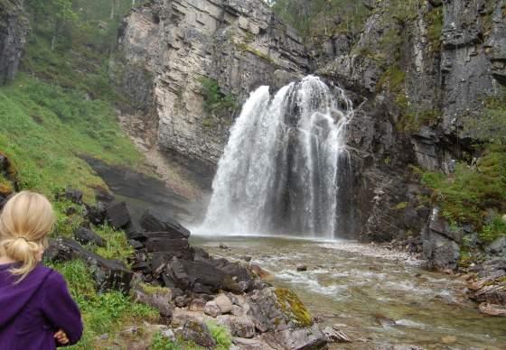 Nauståfossen waterfall at Kårvatn