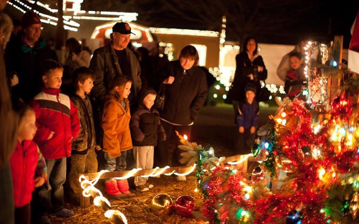 Visiting the Talking Christmas Tree, Henny Hemlock