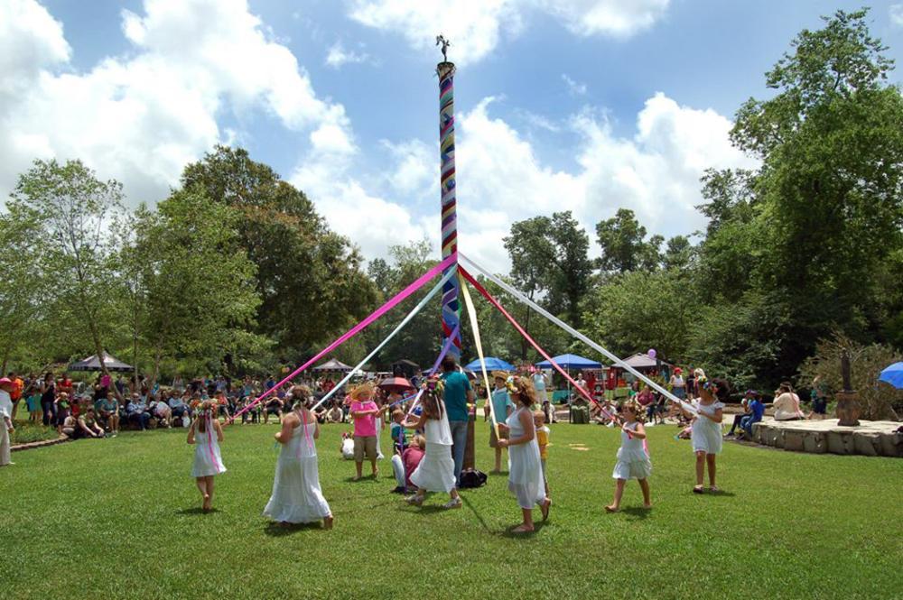 Children dancing around Maypole