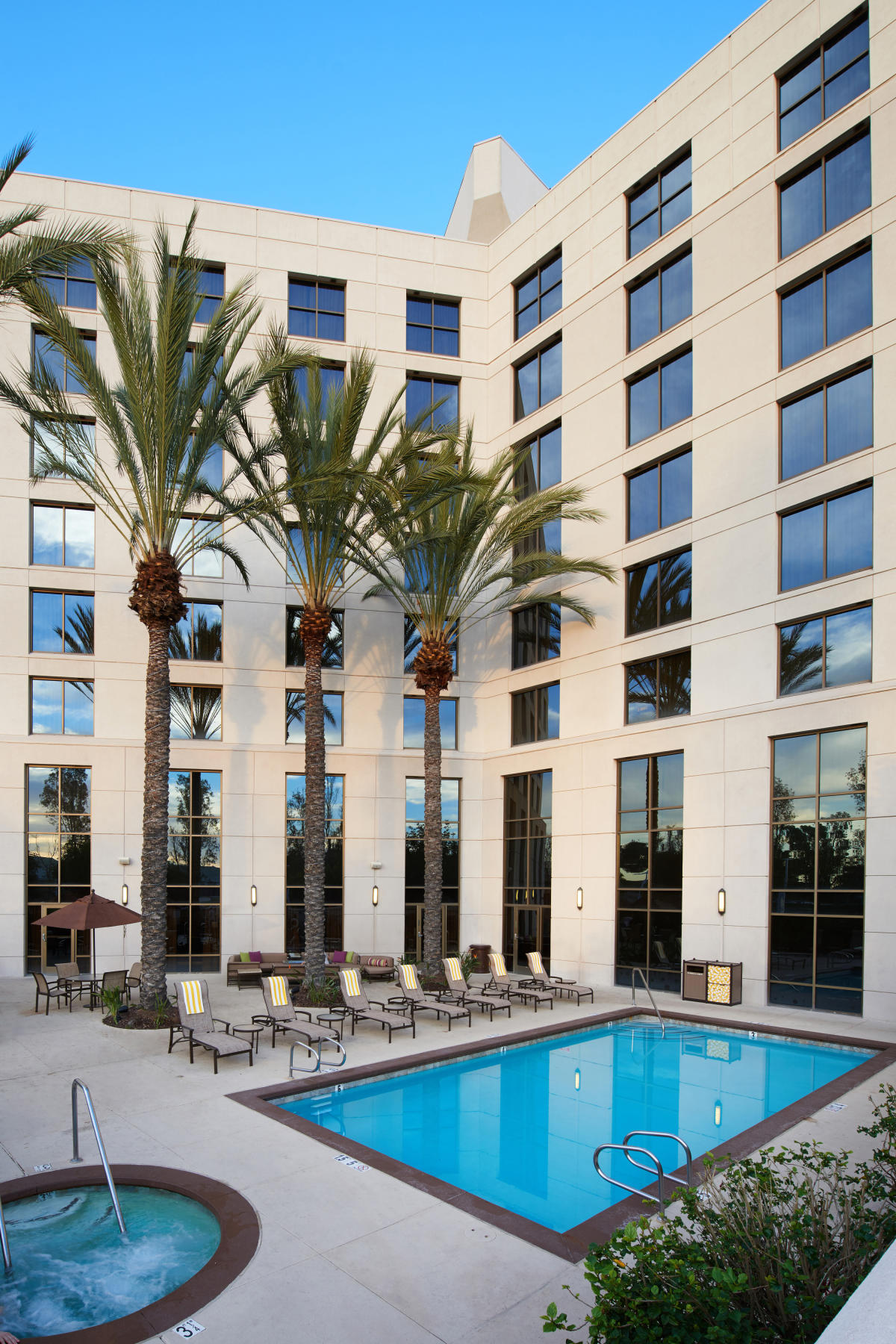 Doubletree hotel irvine spectrum irvine ca 92618 - Menzies hotel irvine swimming pool ...