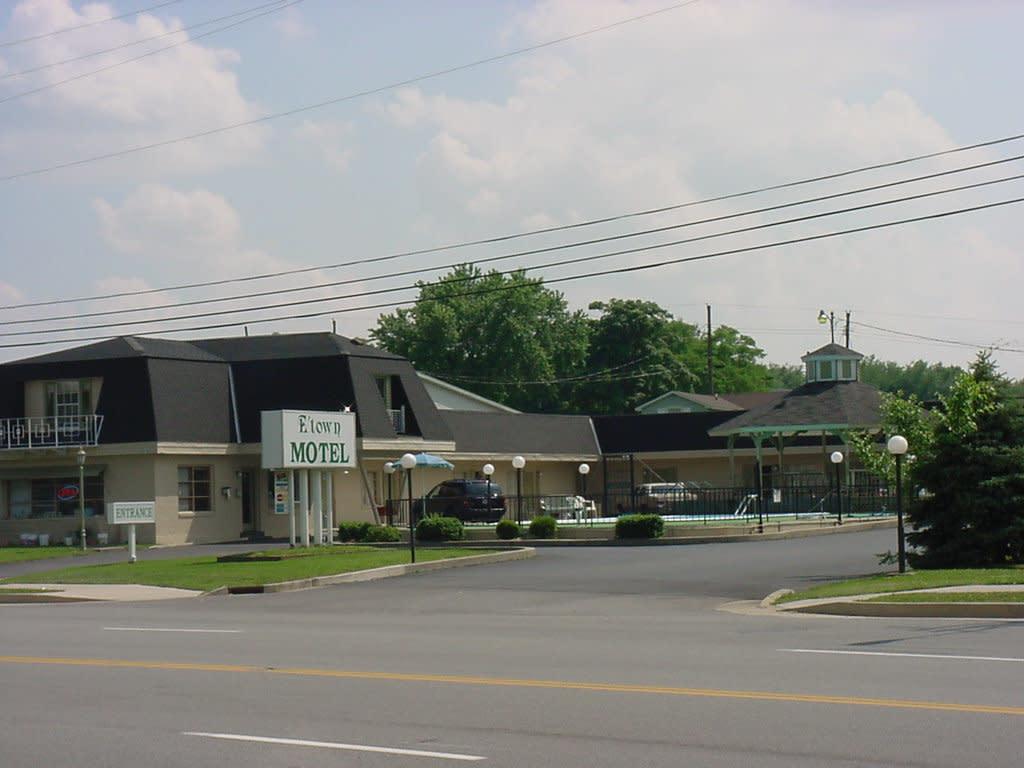 E Town Motel Exterior