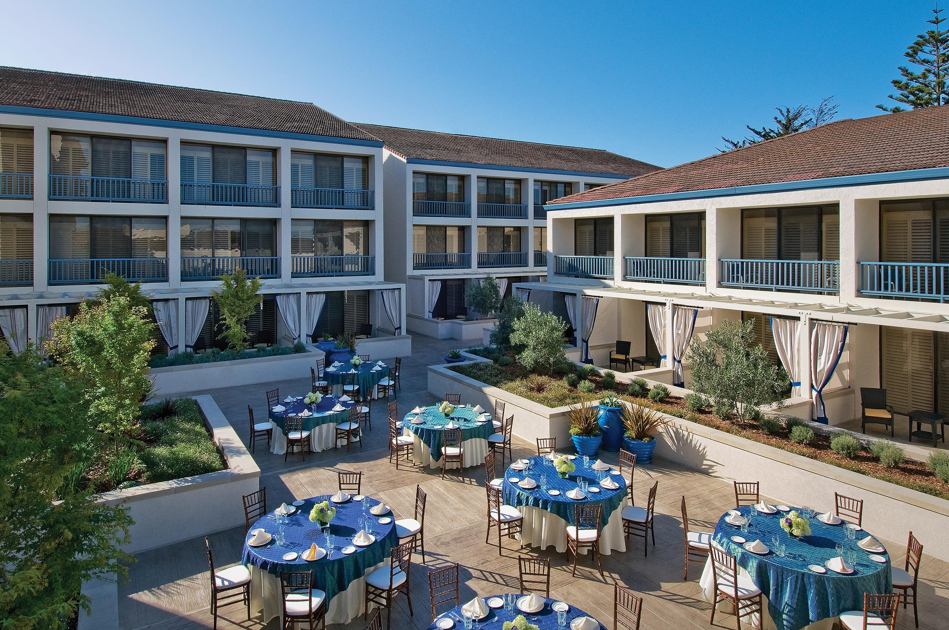 Portola Hotel Cottonwood Plaza Set With Rounds