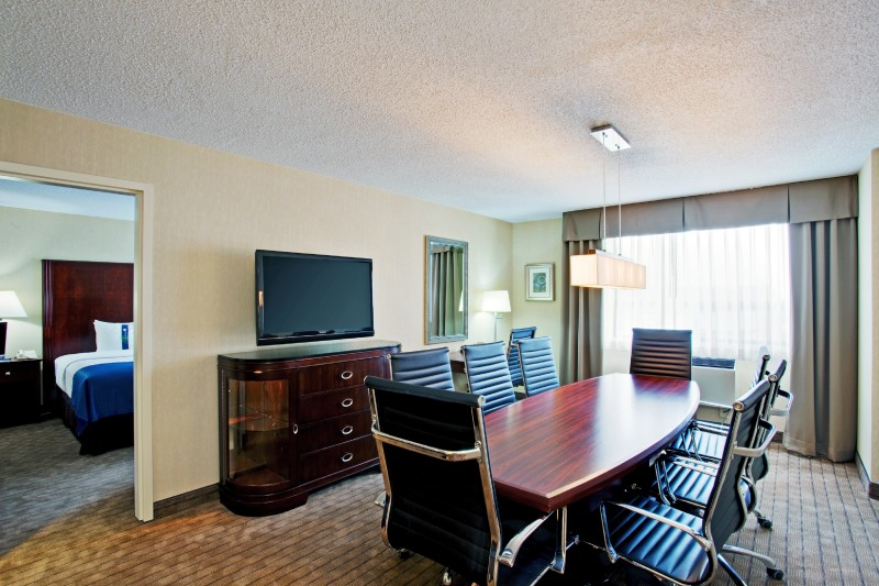 Perfect for small corporate meetings, interviews or gathering, capacity of 8 people, with screen plug-in, microwave, fridge and wet bar, attached to a traditional King Guestroom. Catering options available.