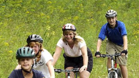 family-mounttain-biking