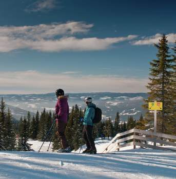 Couple skiing in Hafjell Alpinsenter