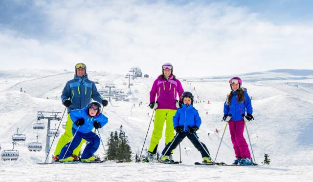 Familie i slalombakken i Trysil