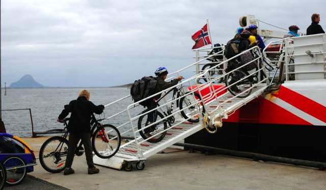 Hurtigbåt og sykkel.