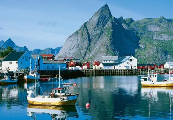 Łodzie na wodach fiordu na Lofotach