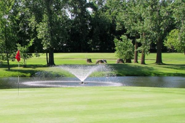Green with fountain in the background at Portage Golf Club
