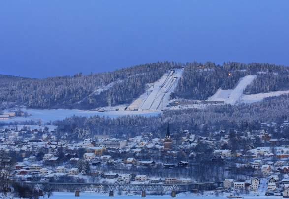 Et vinterkledd Lillehammer i måneskinn