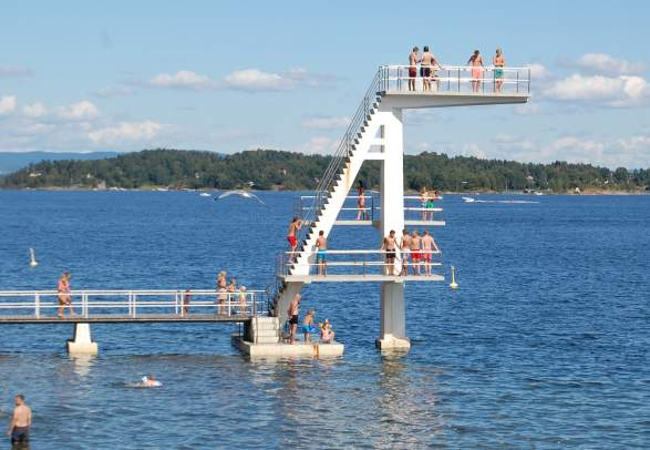 People swimming and diving at Hvalstrand Bad