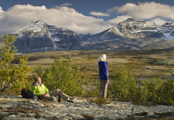 Two people enjoying the view of Rondane national park