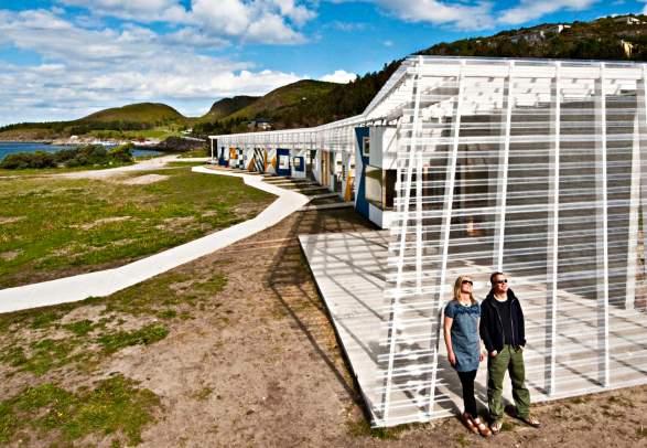 A couple enjoying the sun at Stokkøya Sjøsenter in Trøndelag