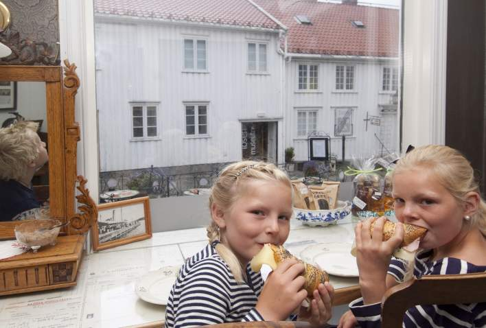 Kids eating pastyr at Café Ibsen in Grimstad