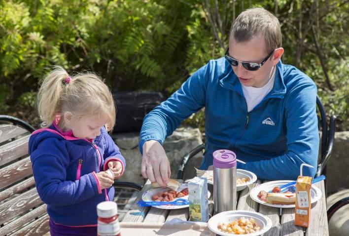 Far og datter spiser middag på KuToppen i Dyreparken