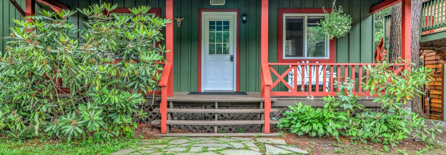 loca house that green cabin poconos vacation lakefront our pennsylvania best for sleeps and tub hot rent lory is cottage rentals on getaway pinterest lake cabins bedroom cottages images valley in the