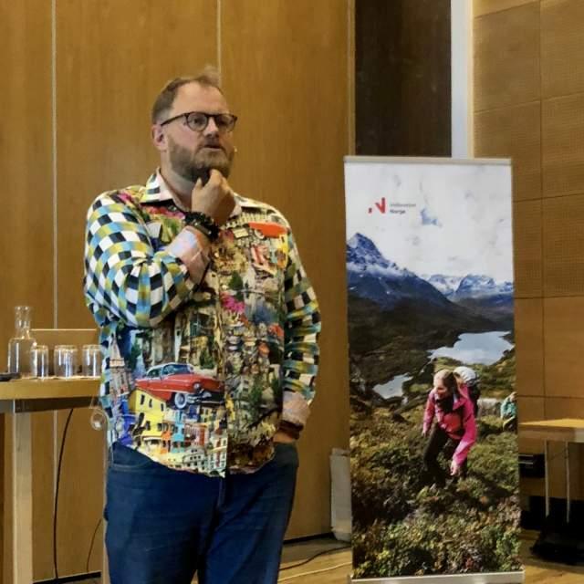 Bilde av Pål Knutsson Medhus som holder presentasjon på fagdag terrengsykkel og reiseliv