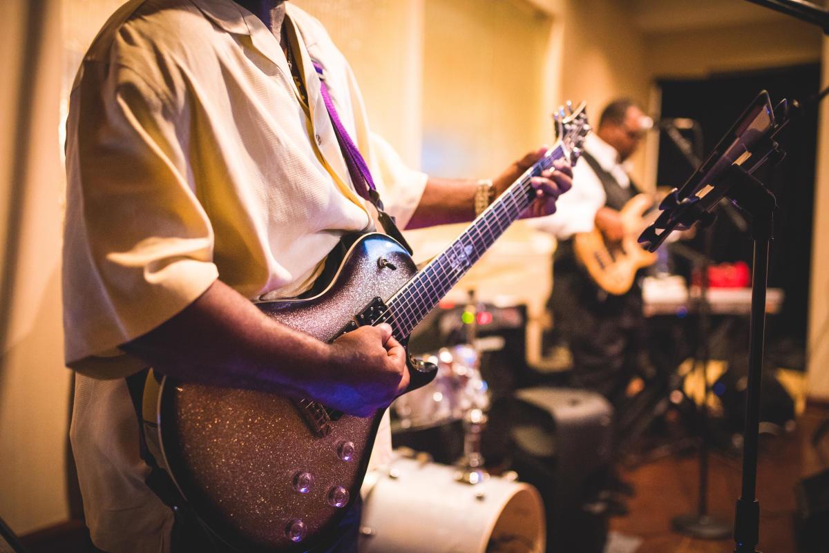 chatta med folk guitars