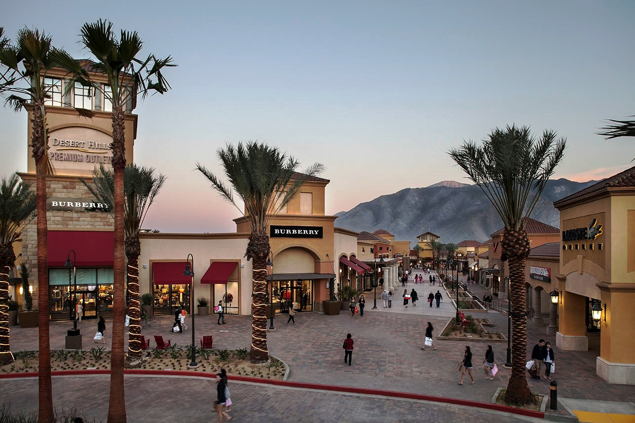 Desert Hills Premium Outlets is what other outlet malls dream of becoming one day. Located just 20 minutes from Palm Springs and around 75 minutes from Los Angeles. Desert Hills Premium Outlets has more luxury outlets than any other outlet mall in California.