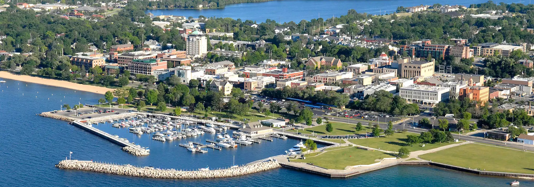 Stupendous Vacation Rentals In Traverse City Mi Cottage Home Rentals Home Interior And Landscaping Ologienasavecom
