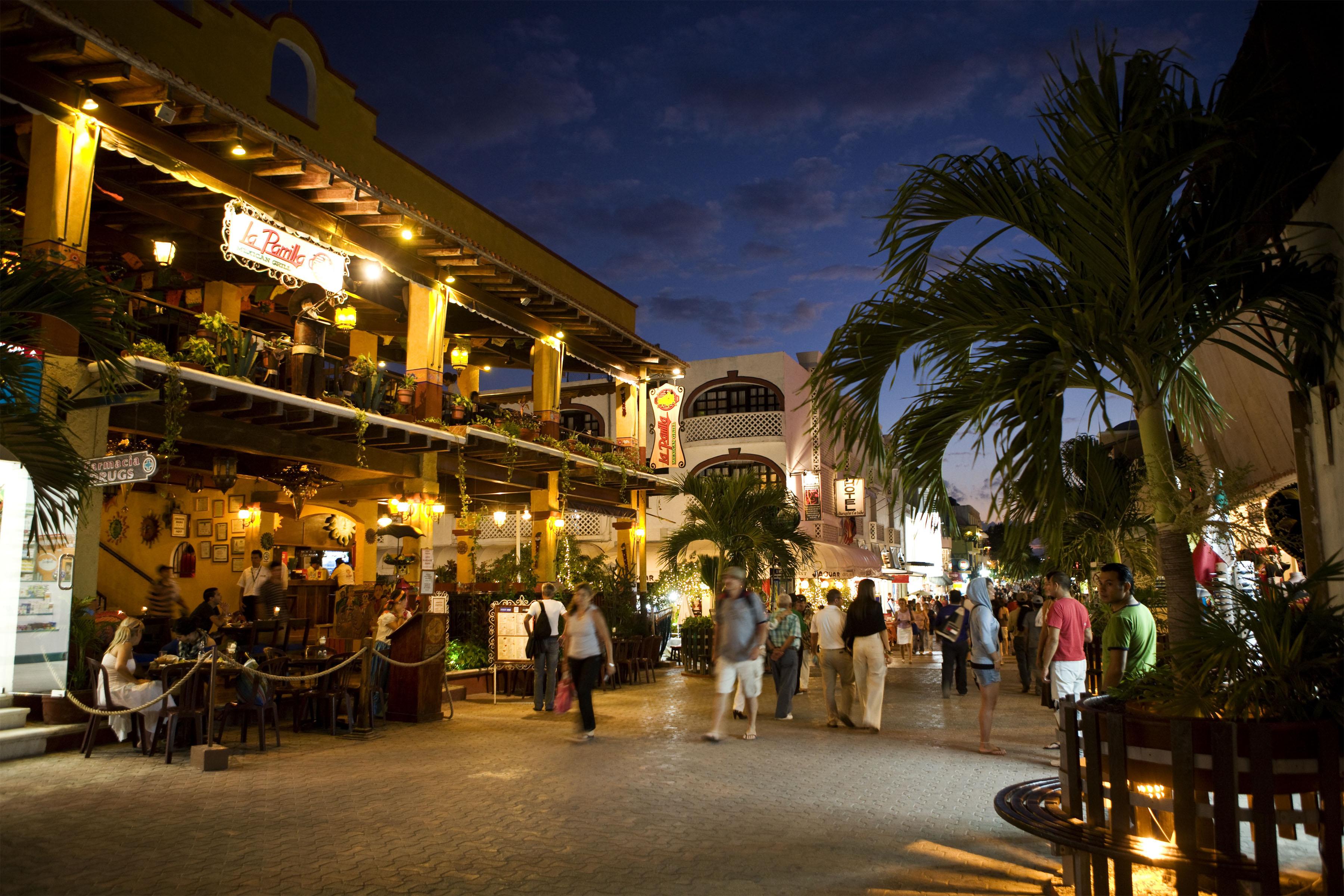 En el corazón de Playa del Carmen está quinta avenida, el lugar ideal para llevarte un recuerdo.